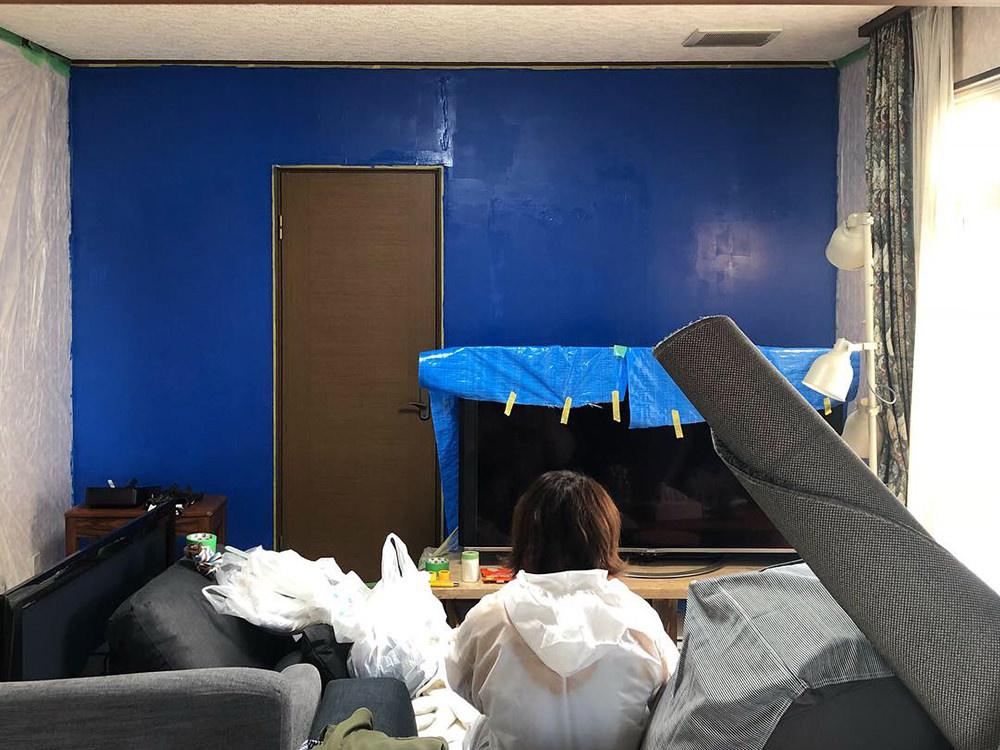 塗料を1度塗りした状態の壁