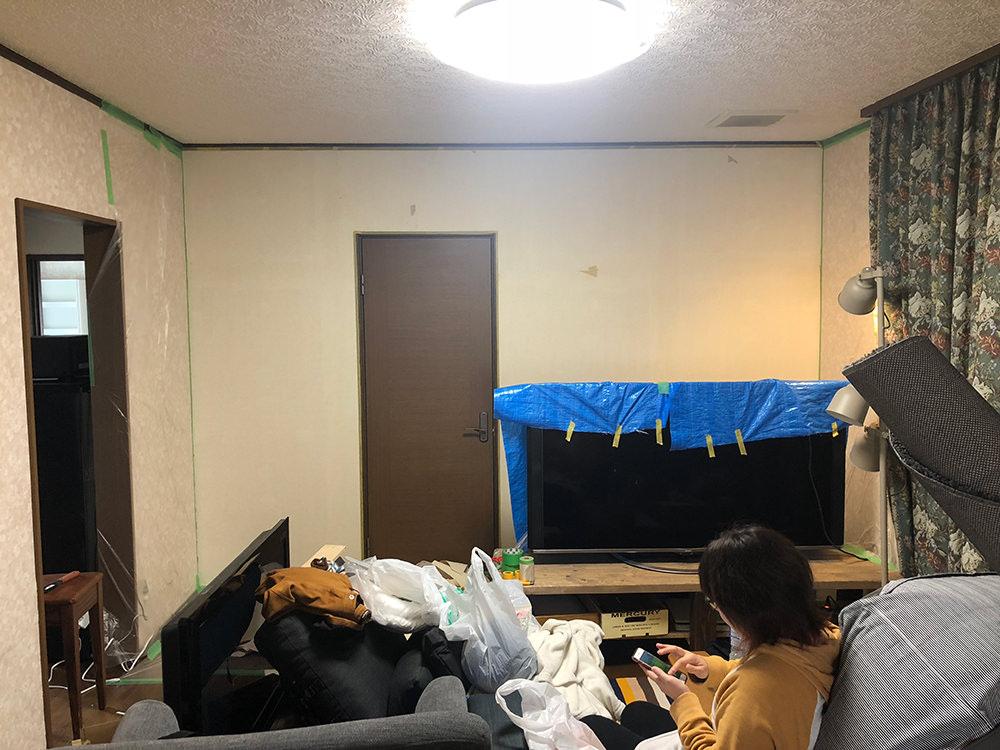 壁紙を剥いだ状態の壁